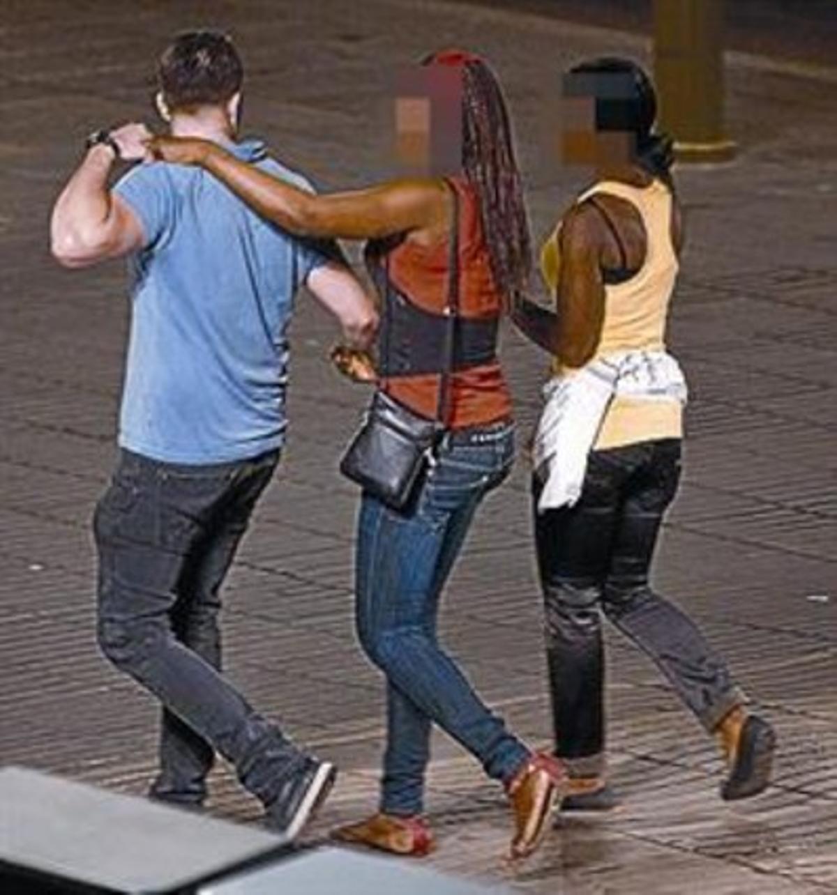 Dos prostitutas acosan a un hombre en la Rambla.