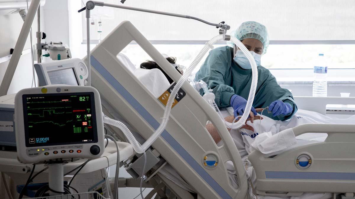 Atención a un paciente con covid en una de las plantas reservadas para la enfermedad en el Hospital del Mar de Barcelona.