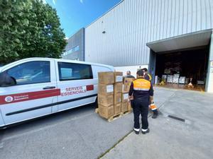 Donación de material para uso sanitario de la Diputació a sanitarios y policías de Sant Boi