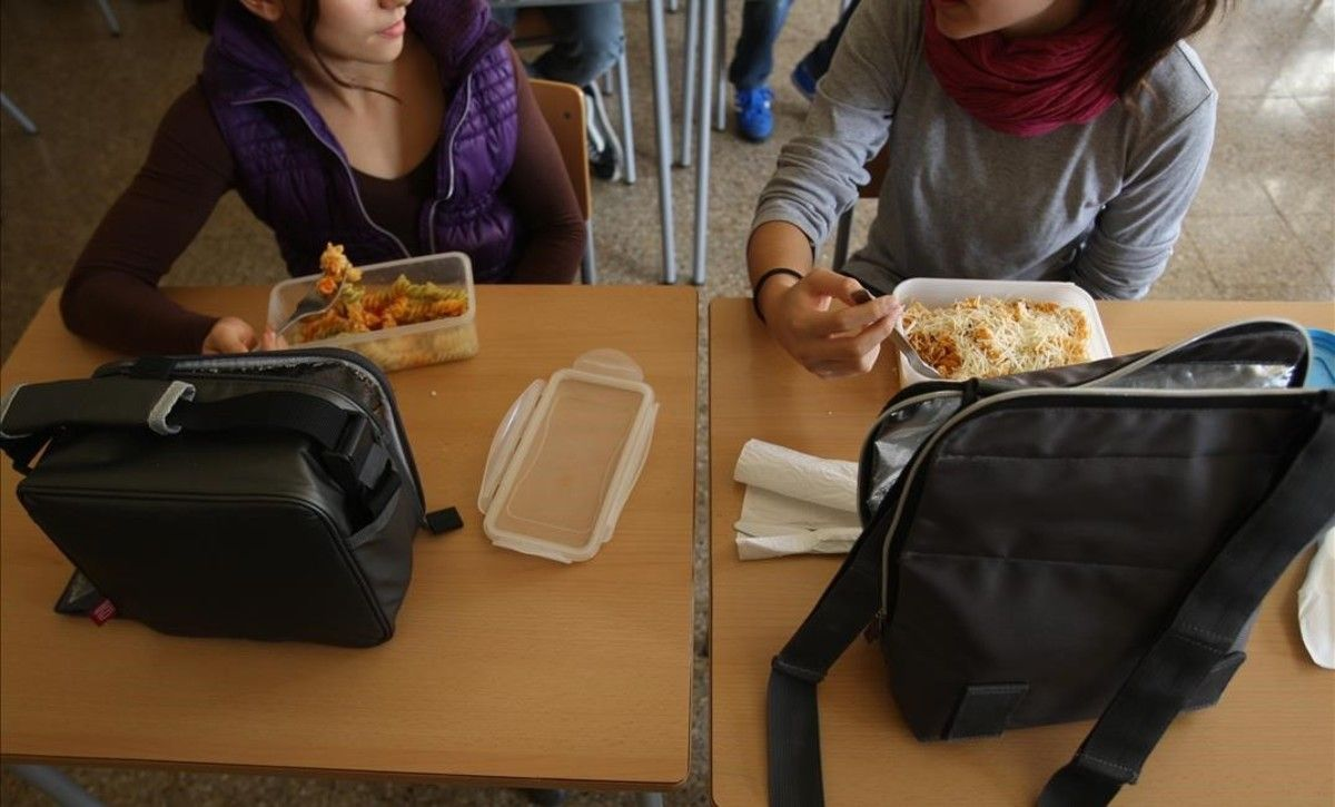 Dos estudiantes comen con fiambrera en un instituto de Esplugues de Llobregat.