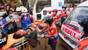 Los equipos sanitarios trasladan a un herido en los disturbios de Mandalay.
