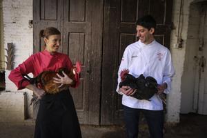 Los cocineros Susana Aragón (Cèntric Gastrobar, en El Prat de Llobregat), con un 'pota blava', y Xavier Arnan(El racó de la calma, en Vilafranca del Penedès), con un 'gall negre'.