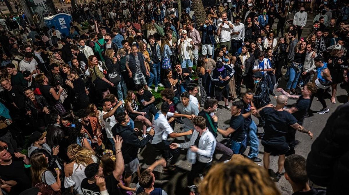 Barcelona s'omple de festes de carrer per celebrar el final de l'estat d'alarma