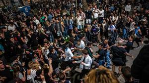 Barcelona se llena de fiestas callejeras para celebrar el fin del estado de alarma.