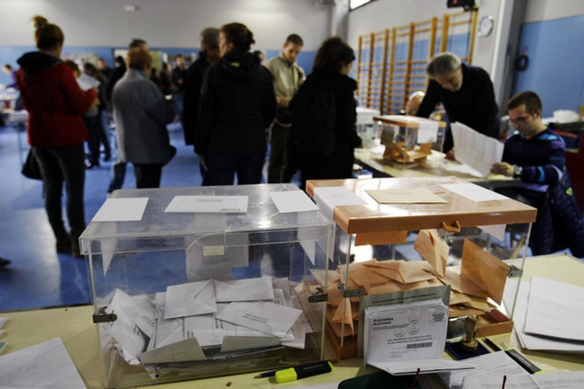 Ciudadanos votando en las elecciones generales del 20N, en un colegio de Barcelona.
