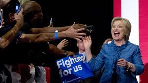 Hillary Clinton saluda a sus seguidores a su llegada a un acto electoral en Palm Beach (Florida).