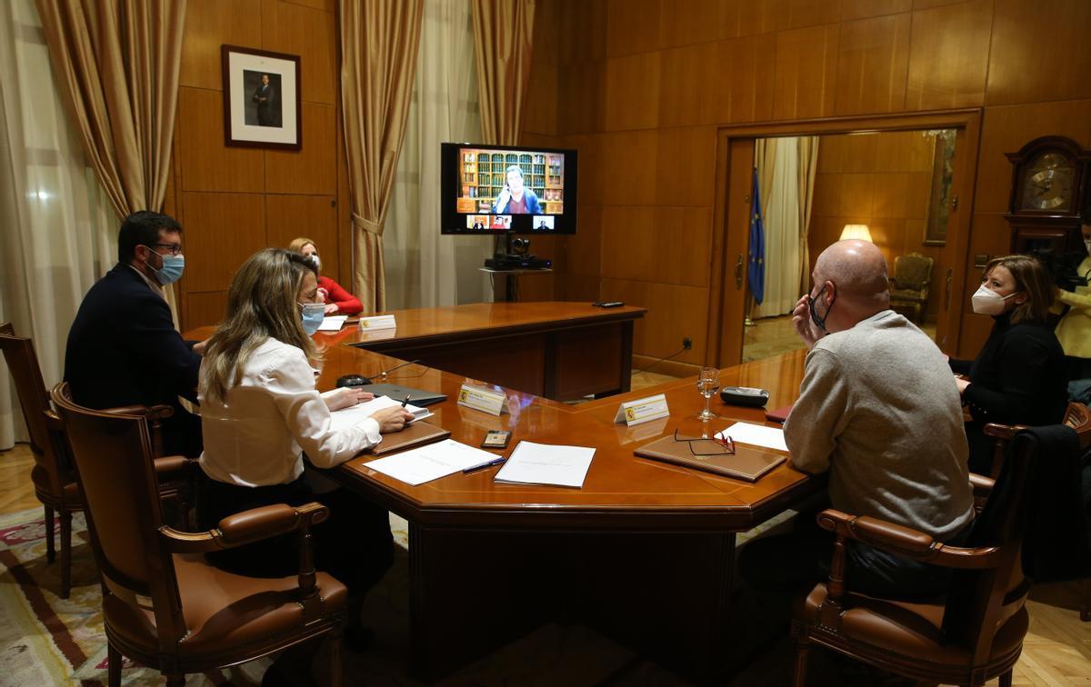 La ministra de Trabajo en una reunión semipresencial con representantes de patronal y sindicatos.