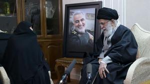 El guía supremo, el ayatolá Alí Jamenei, junto a un familiar del generalQasim Soleimani este viernes.