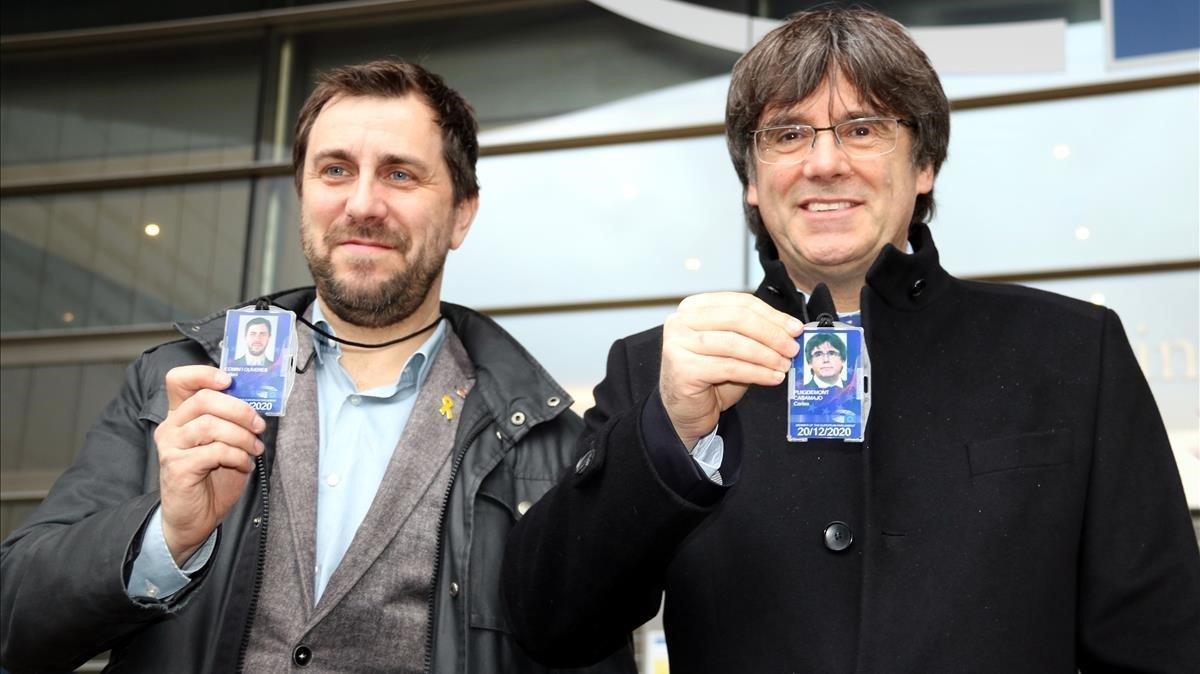 El 'exconseller' Toni Comín y el 'expresident' Carles Puigdemont, con su credencial de eurodiputados en Bélgica.