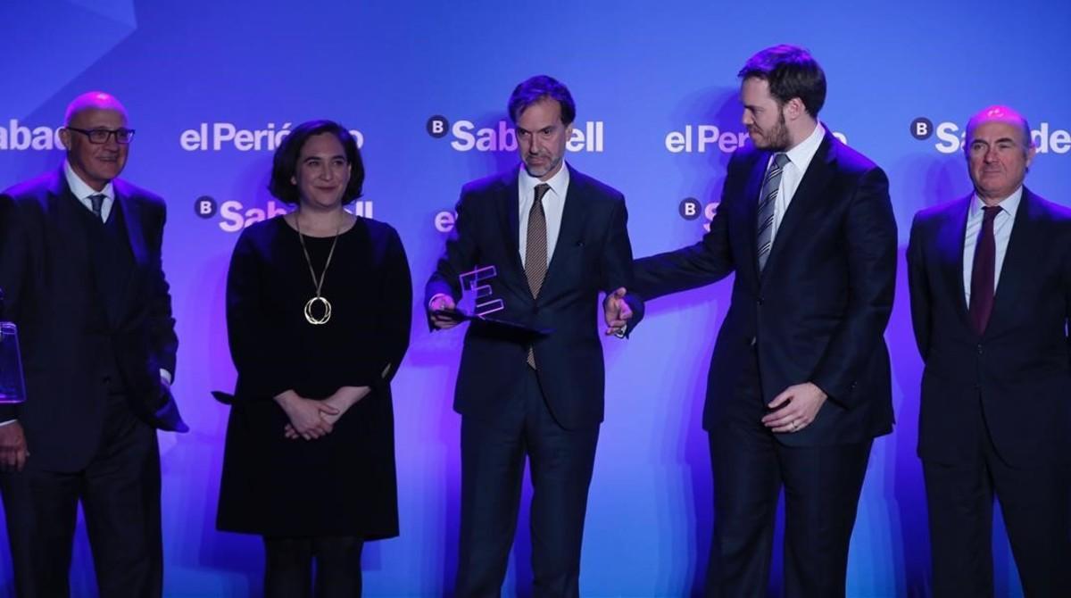 Antonio Asensio, con Luis de Guindos a su derecha,entrega el premio de Empresa del Año 2017 a Esteve, en el centro, junto a Ada Colau y Josep Oliu.