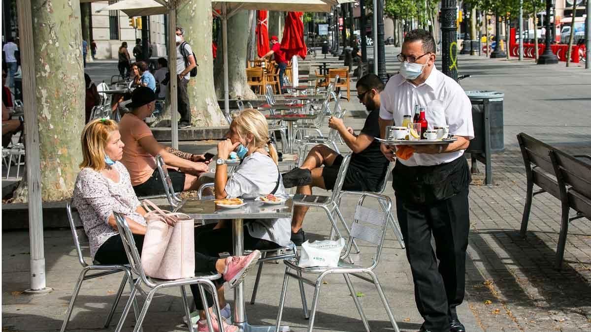 Terrazas abiertas en la Rambla de Catalunya de Barcelona. En la foto, el bar Zurich.