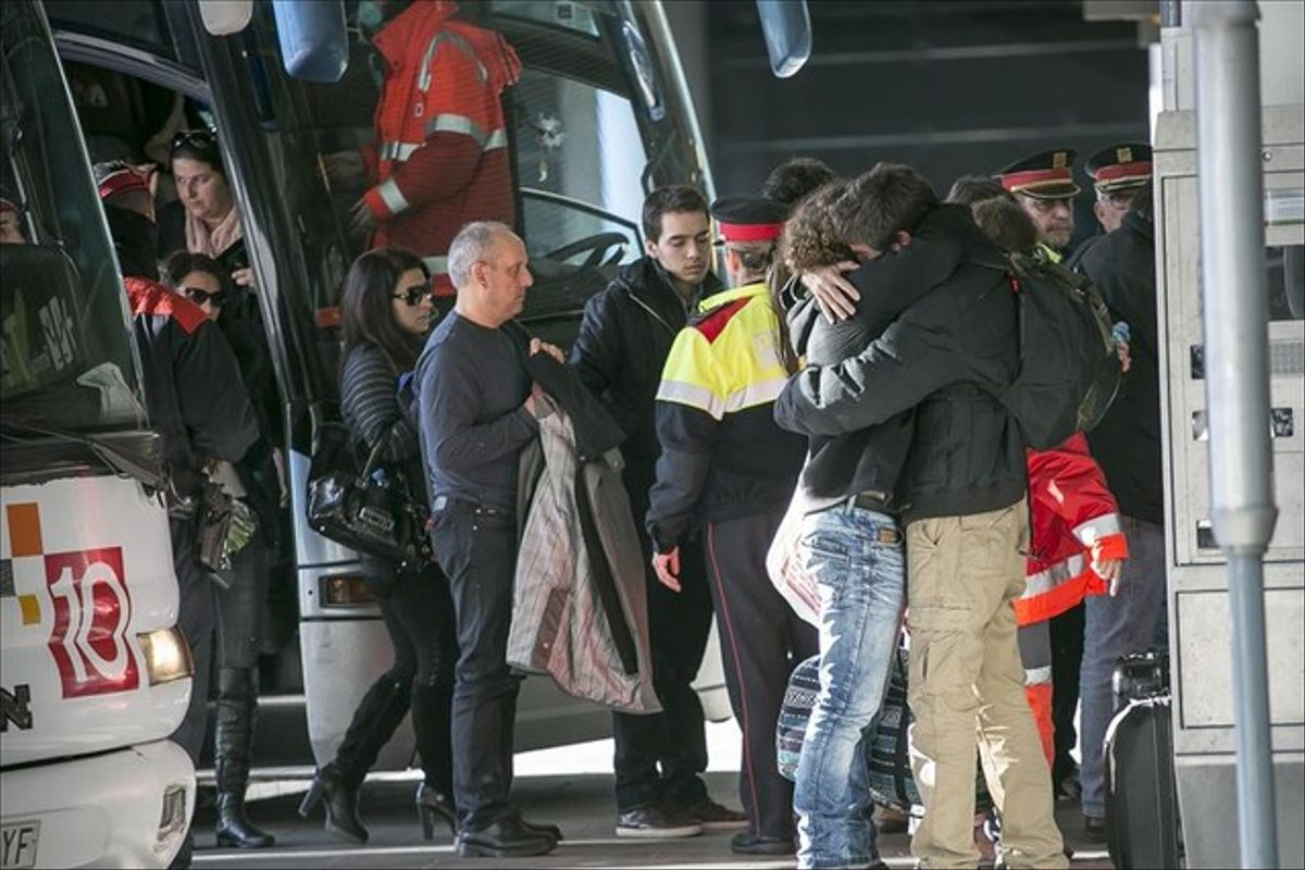 Familiares de los fallecidos en el avion de Germanwings llegan a El Prat de Barcelona rumbo a la zona del accidente.