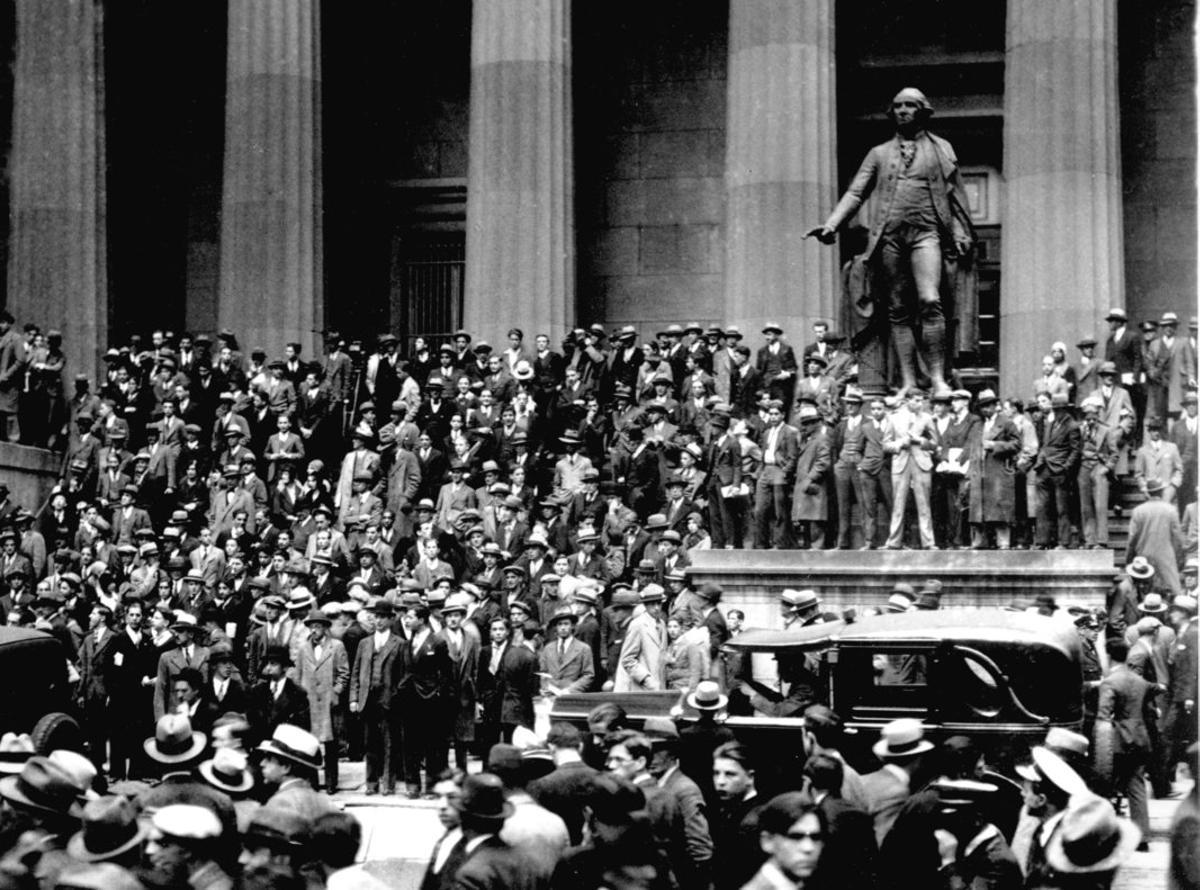La gente se congrega en la puerta del edificio de la Bolsa de Nueva York el 24 de octubre de 1929, conocido como Jueves Negro o Crack del 29.