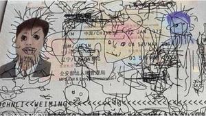 La creativitat del nen durant el vol ha quedat reflectida en el passaport del seu pare.