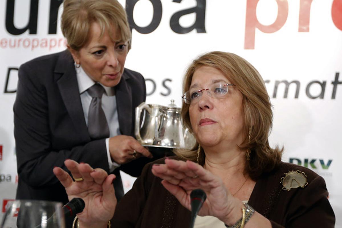Elvira Rodríguez recibe atenciones en un acto público. J. M. PRATS
