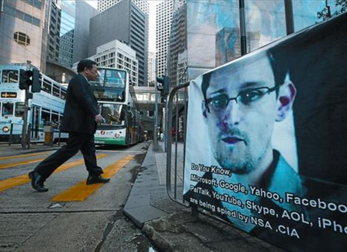 Una pancarta de apoyo a Snowden, colocada en pleno distrito comercial de Hong Kong.