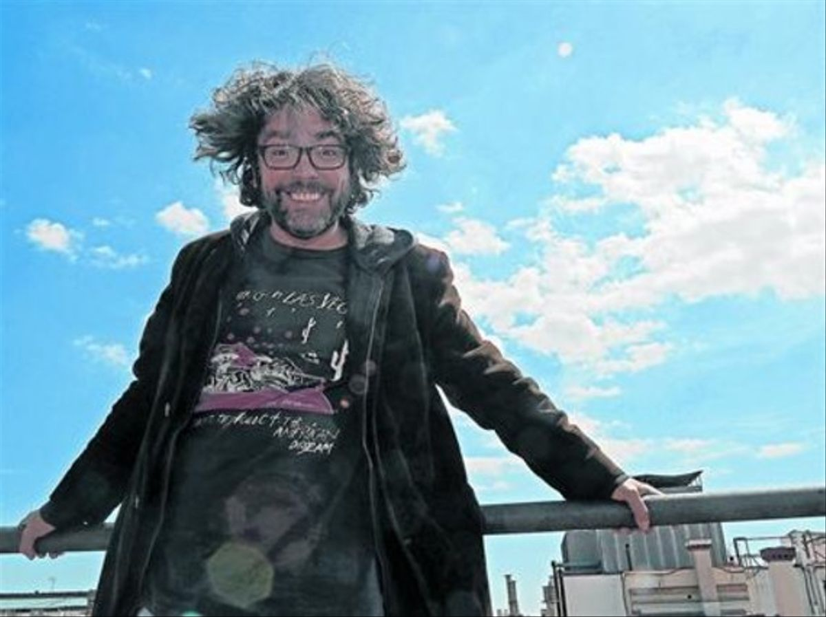 Liniers, el año pasado en Barcelona. Arriba, la tira del 10º aniversario de 'Macanudo'.