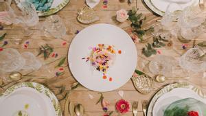 Mesa de comida con flores.