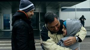 Gervasio Sánchez se despideen Sarajevo.con un abrazo de Amer, hijo de Edo, a quien a su vez fotografió de niño.