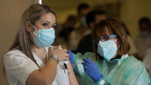 Sanitarios del Hospital de Sant Pau de Barcelona reciben la vacuna contra el covid-19, este martes.