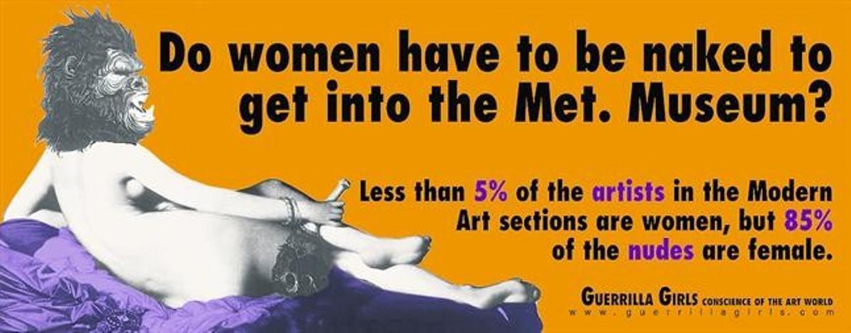 A la izquierda, uno de sus carteles: «¿Tienen que ir las mujeres desnudas para entrar en el Metropolitan?». En la silueta, una de sus imágenes icónicas.