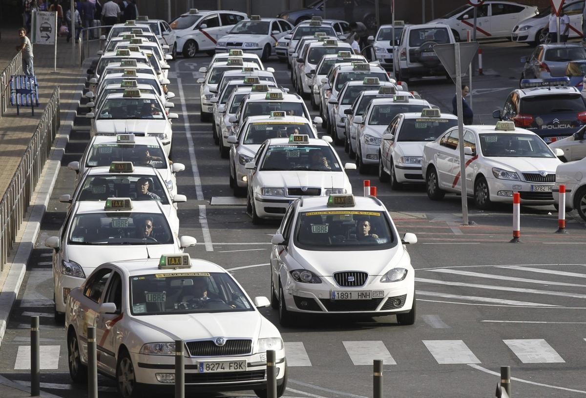 Decenas de taxis hacen cola en Atocha.
