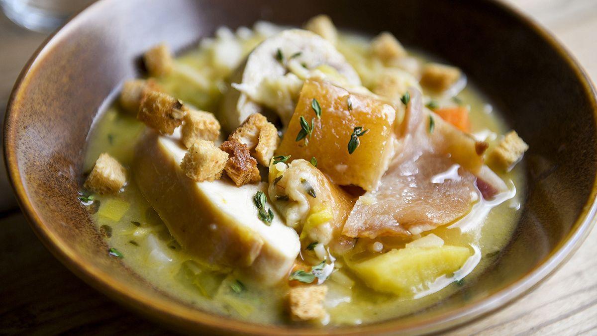 Luca Marongiu, chef del restaurante Zero Patatero, explica cómo hacela 'minestra' de pasta y patata.