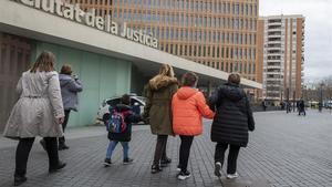 Una jutge de Barcelona separa dos germans després de treure-li la custòdia a la mare