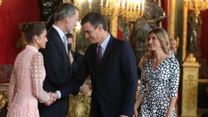 Los reyes saludan al presidente del Gobierno, Pedro Sánchez, y su esposa en la recepción del Palacio Real.