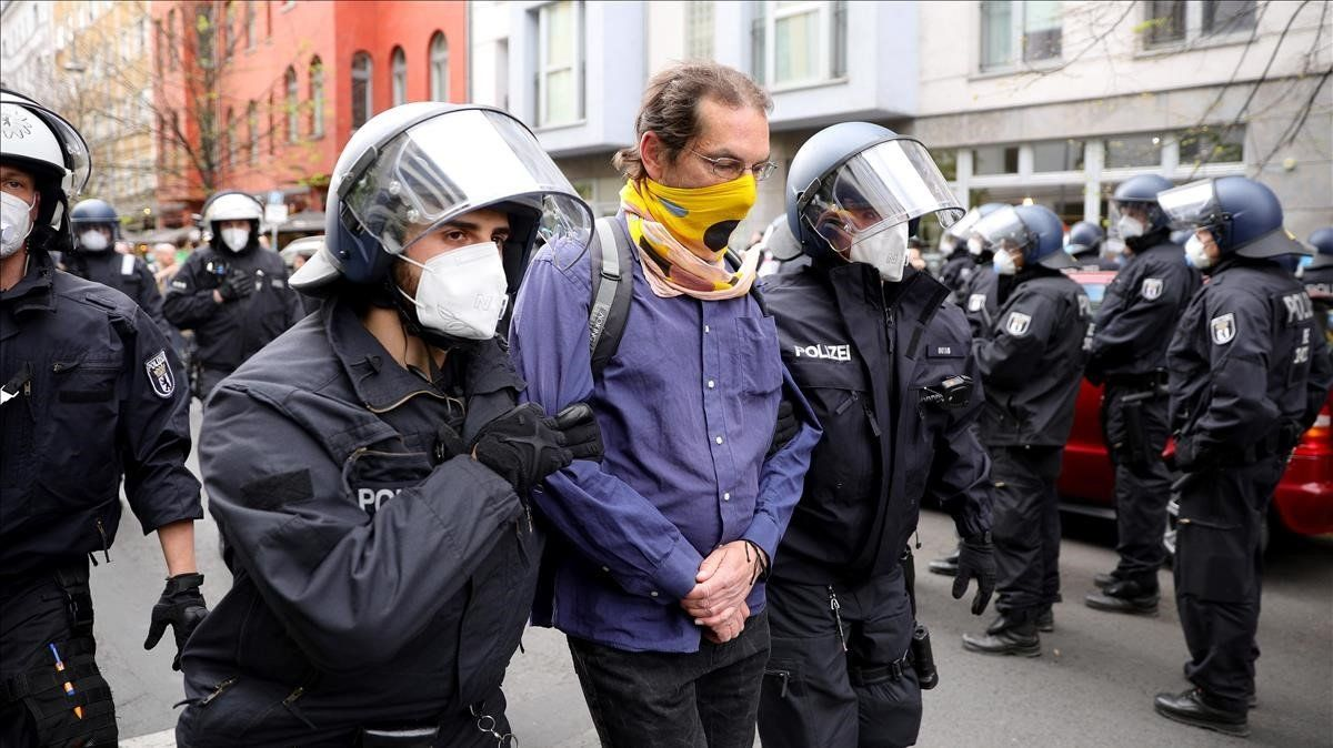 La policía detiene a uno de los participantes en la manifestaciónen Berlín, el sábado, contra las medidas de confinamiento.
