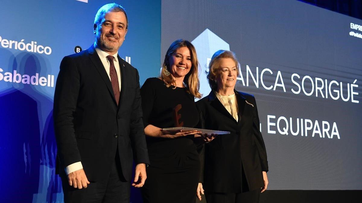 La directora general del Consorci de la Zona Franca de Barcelona, Blanca Sorigue (centro), recibe el Premi Equipara; de la vicepresidenta de Prens Ibérica, Arantza Sarasola (derecha), y del primer teniente de alcalde de Barcelona, Jaume Collboni.