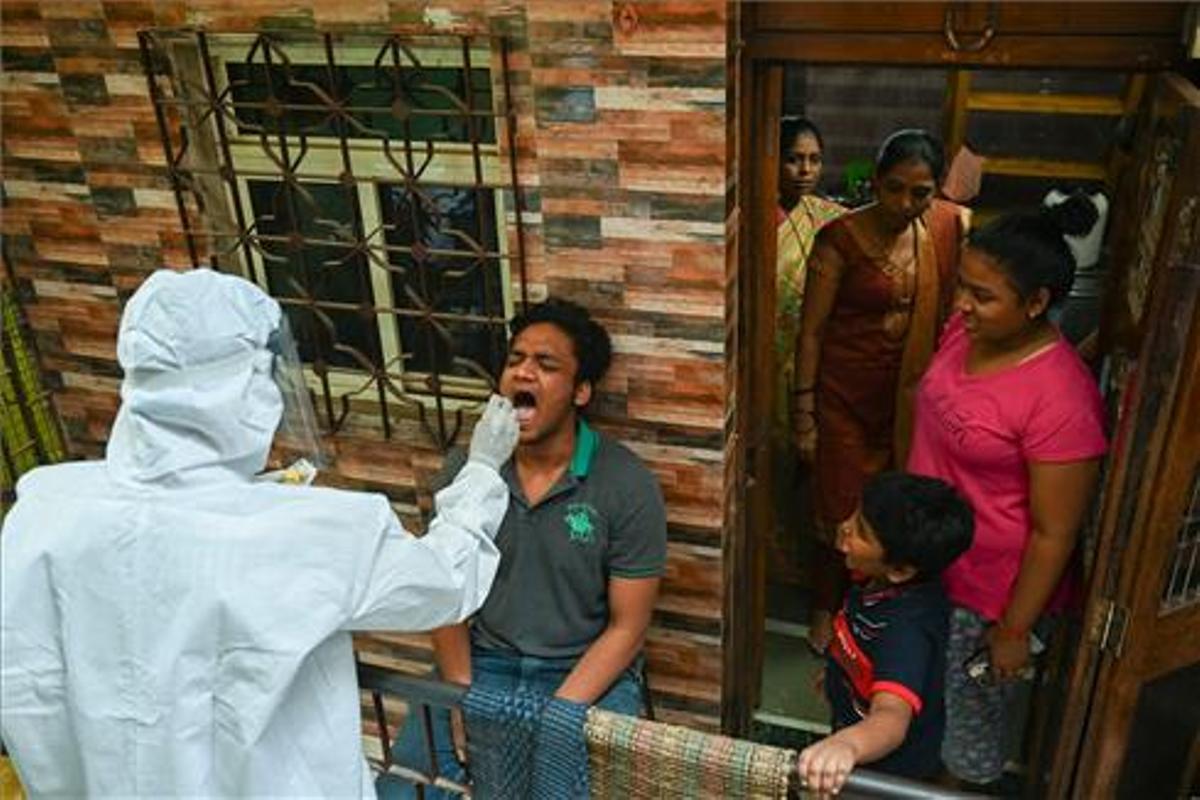 Pruebas de covid en un suburbio de Bombay, en India.