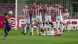 Messi ejecuta la falta que supuso el primer gol del Barça al Athletic.