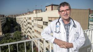 Juan Manuel Mendive, en la terraza del CAP La Mina, que dirige.