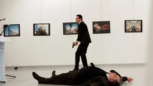 El embajador ruso en Turquía, Andrei Karlov, tendido el suelo tras recibir los disparos de Mevlüt Mert Altintas.