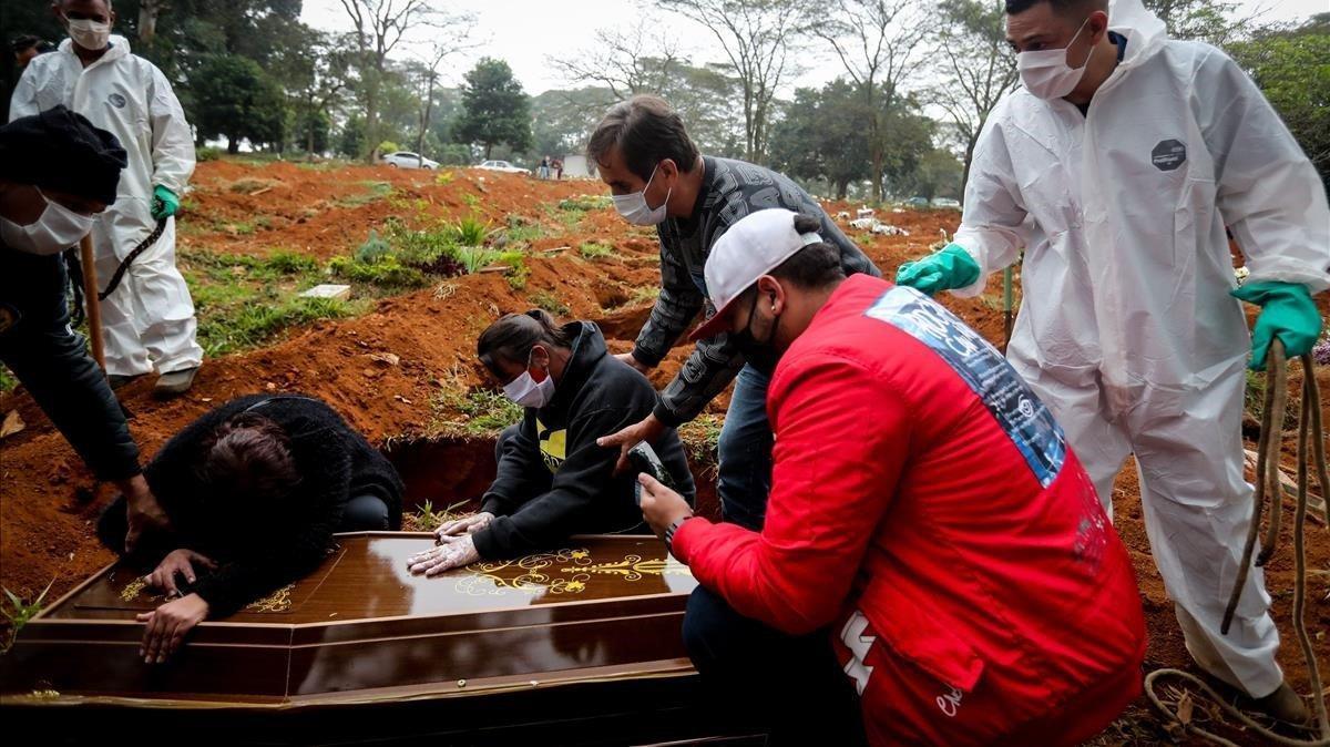 Un entierro en Sao Paulo, la ciudad más afectada por el covid-19