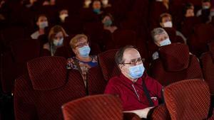Aficionados al cine, ataviados con mascarillas y respetando la distancia, en una sala de Barcelona, el 26 de junio.