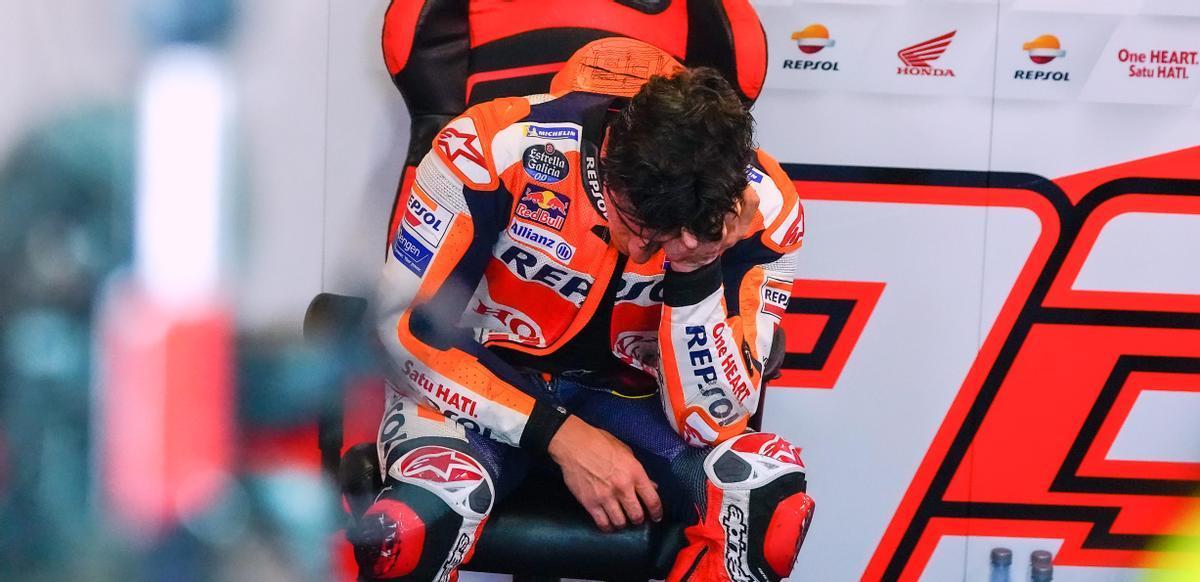 Marc Márquez se derrumba, agotado, nada más sentarse en su silla en el box del equipo Repsol Honda.
