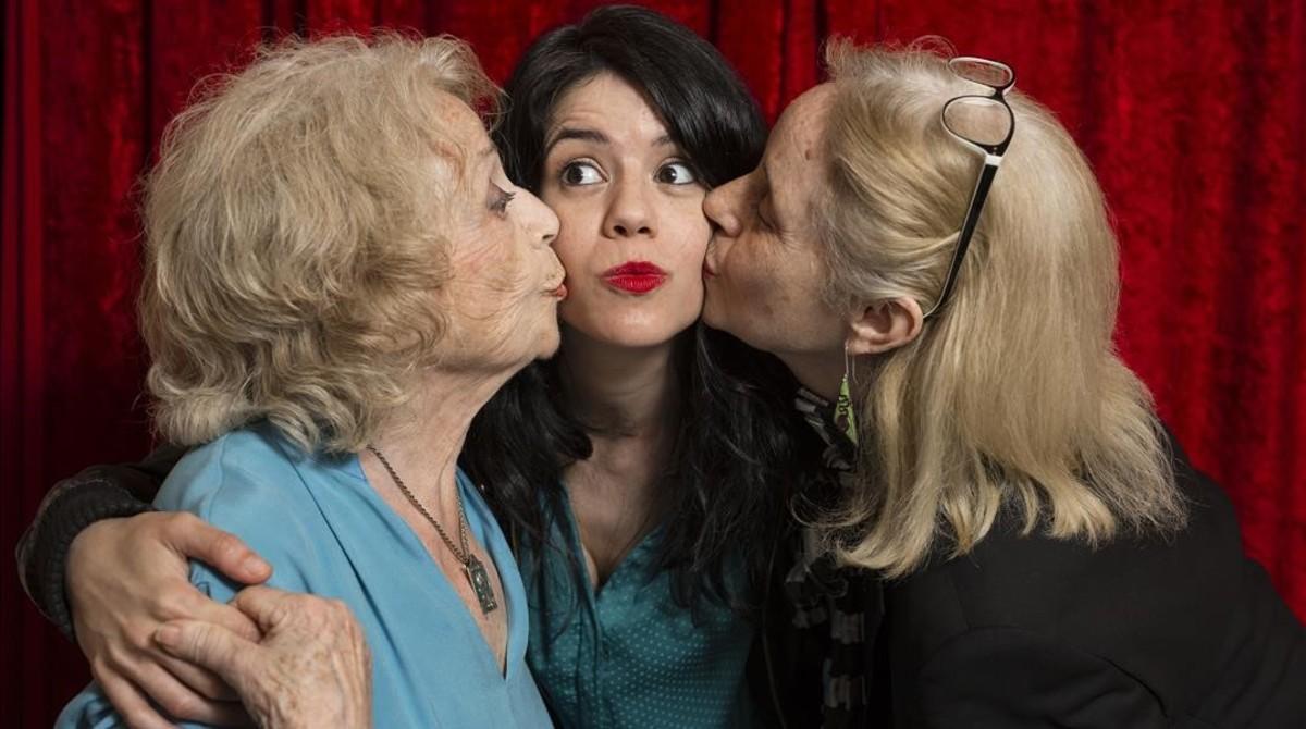 Montserrat Carulla y Vicky Pena besan a Miranda Gas, nieta ehija, respectivamente, en el Romea.