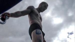 Joel Bosqued luce músculos y tatuajes en Instagram.