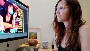 Una de las creativas de la agencia trabaja sobre el cartel de 'Pulp Fiction'.