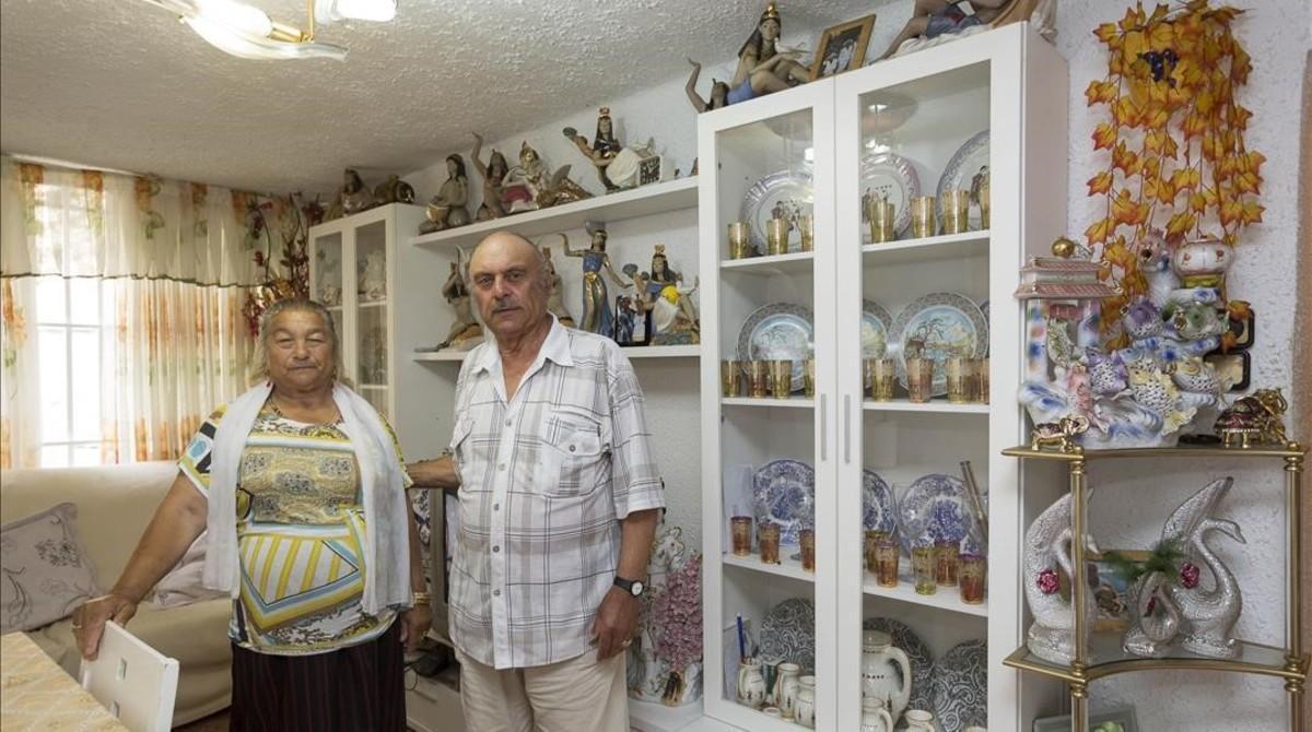 Magdalena y José Amaya, antiguos habitantes del Somorrostro, en su piso de Sant Roc, este miércoles.