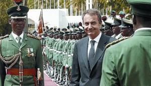 Zapatero pasa revista a las tropas, ayer en el palacio presidencial de la capital nigeriana, Abuja.