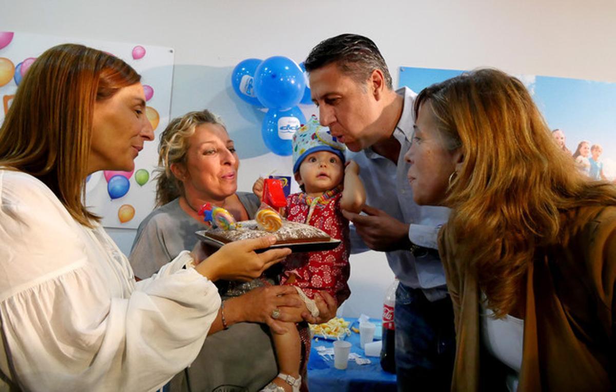 Xavier García Albiol y Alicia Sánchez-Camacho, en un acto con niños, este jueves en Barcelona.