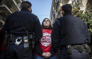 Una trabajadora de Canal 9 protesta por cl cierre de la cadena ante la Generalitat valenciana.