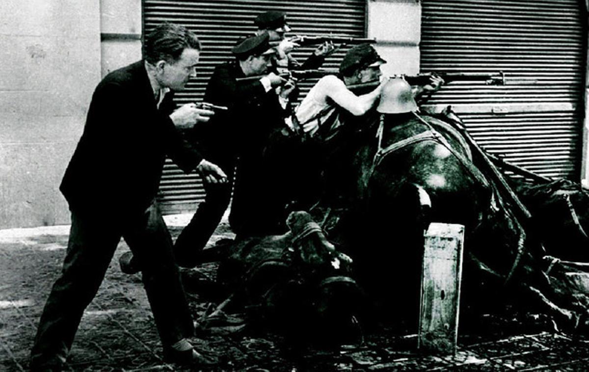 Un grupo de guardias de asalto, cuerpo que se mantuvo fiel a la República, en la calle de la Diputació el 19 de julio.
