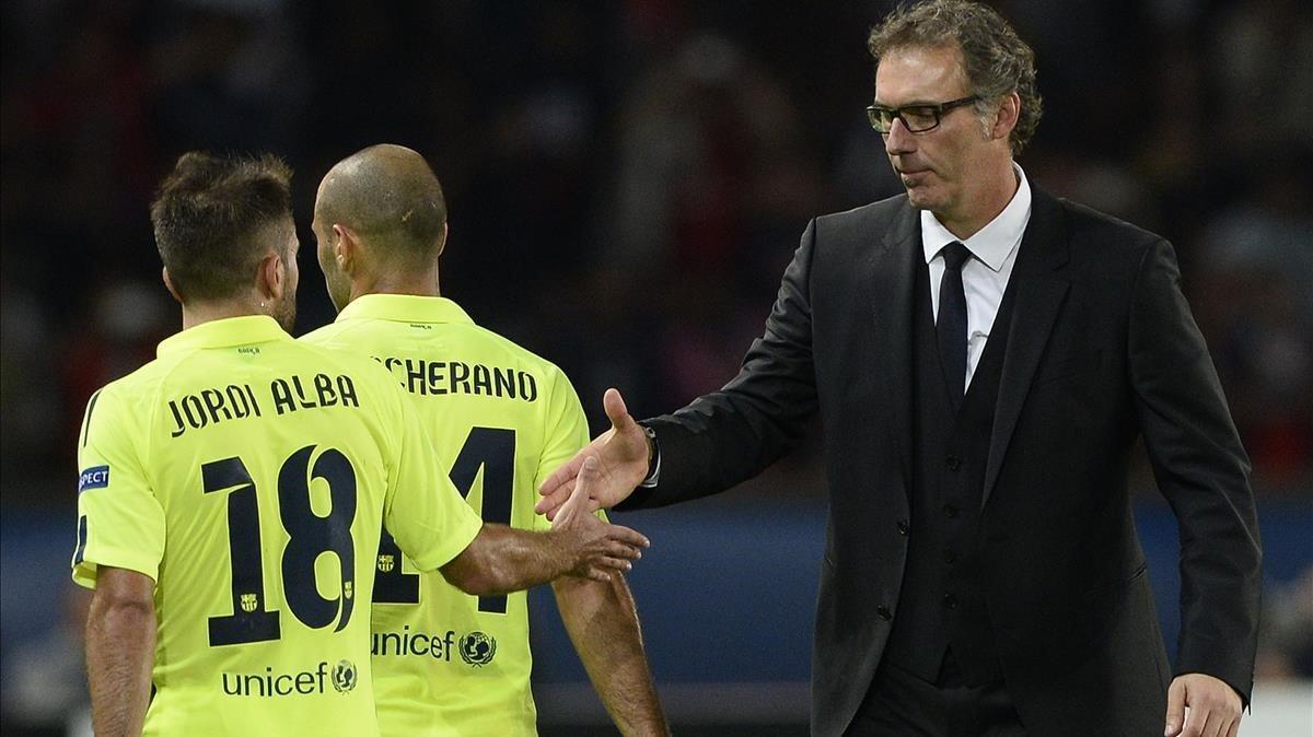 Blanc tiende la mano a Jordi Alba en un PSG-Barça.