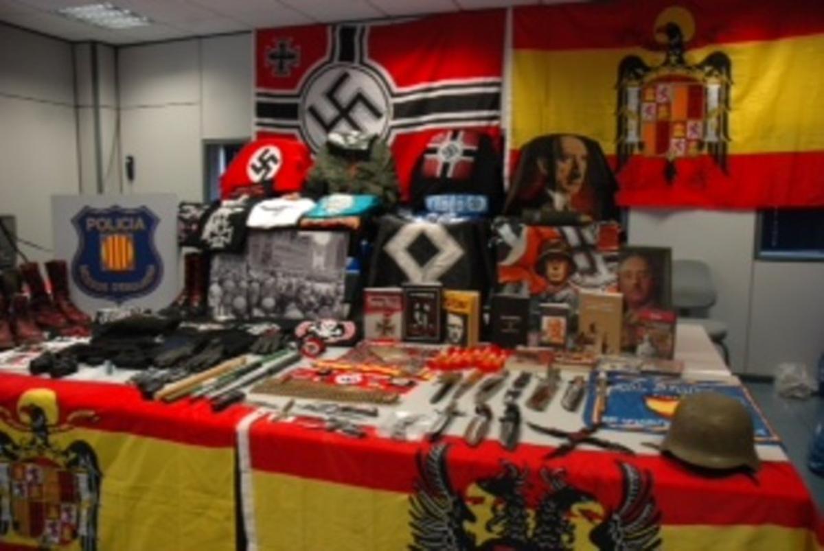 Material requisado a los nazis detenidos por la agresión frente a la sala Stroika de Manresa.