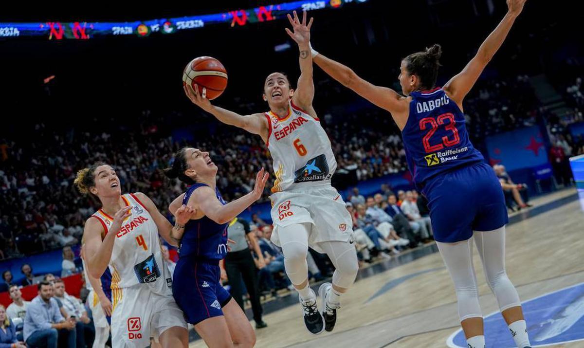 Sílvia Domínguez entra a canasta ante las serbias, en el Eurobasket 2019.