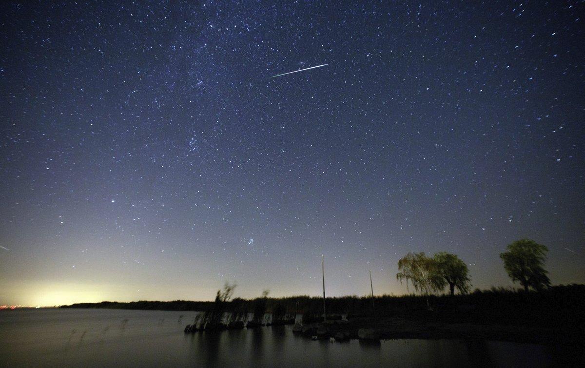 AUS02 MOERBISCH AM SEE  AUSTRIA  12 08 2016 - Fotografia tomada a camara lenta que muestra una lluvia de estrellas sobre el lago Neusiedlersee  cerca de Moerbisch am See  Austria  hoy  12 de agosto 2016  Las Perseidas son vistas cada mes de agosto cuando la Tierra pasa a traves de un flujo de escombros dejados por el cometa Swift-Tuttle  EFE Lisi Niesner